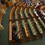 Több százezer forinttal is nőhet a helyettes államtitkárok fizetése