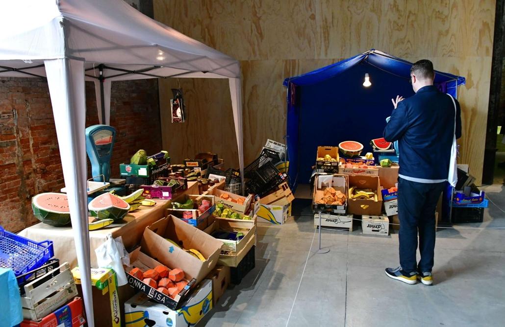 """kka. Nagyítás 58. Velencei Biennálé Zhanna Kadyrova Piac című munkájában műanyag gyümölcsöket-zöldségeket """"kínál eladásra"""""""