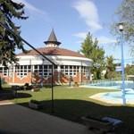 A stadion gyepét termálvíz fűti Kisvárdán, a lakók egyelőre menjenek máshova fürdeni