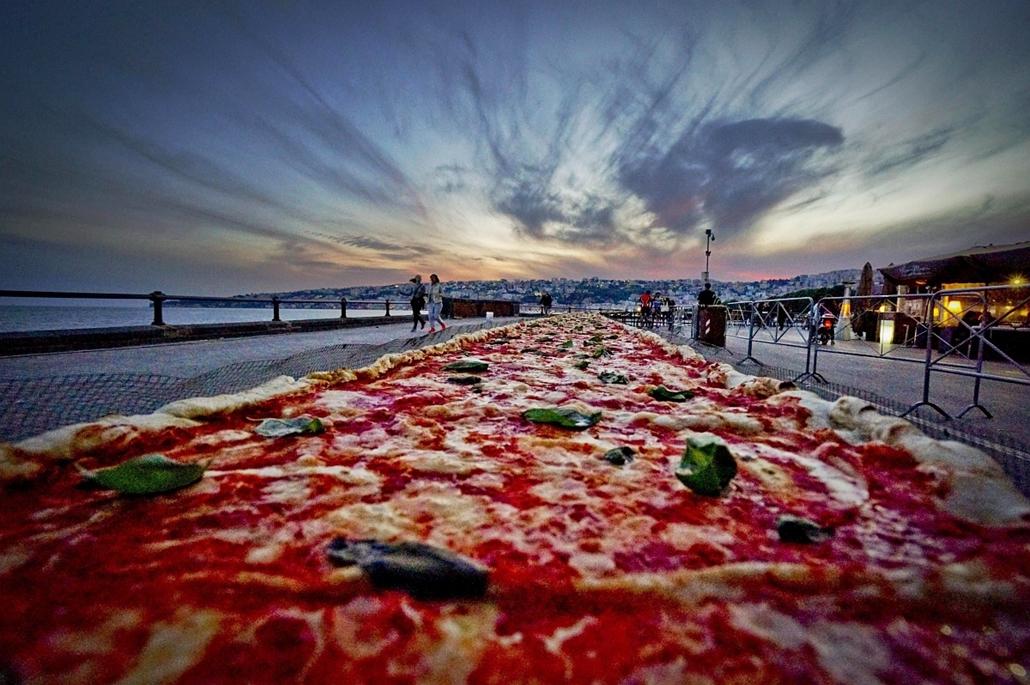 epa.16.05.19. - Nápoly, Olaszország: Két kilométer hosszú, 40,5 centiméter széles margarita pizza, amellyel nápolyi pizzasütők a pizzahosszúság világcsúcsának megdöntésével próbálkoztak a nápolyi tengerparton. - 7képei
