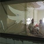 Brutális merénylet történt egy pakisztáni kórház bejáratánál – megrázó fotók 18+