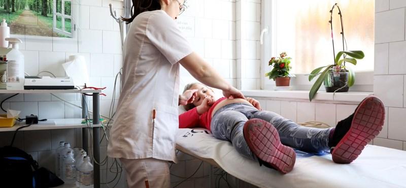 Távdiagnosztizáló háziorvosokkal csökkentené az sztk-s sorokat Varga