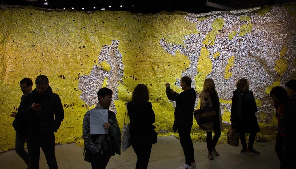 kka. Nagyítás 58. Velencei Biennálé A 2015-ben már Arany Oroszlánnal díjazott ghánai művész, El Anatsui sörösdobozokból font szőnyege térképen ábrázolt tájat idéz