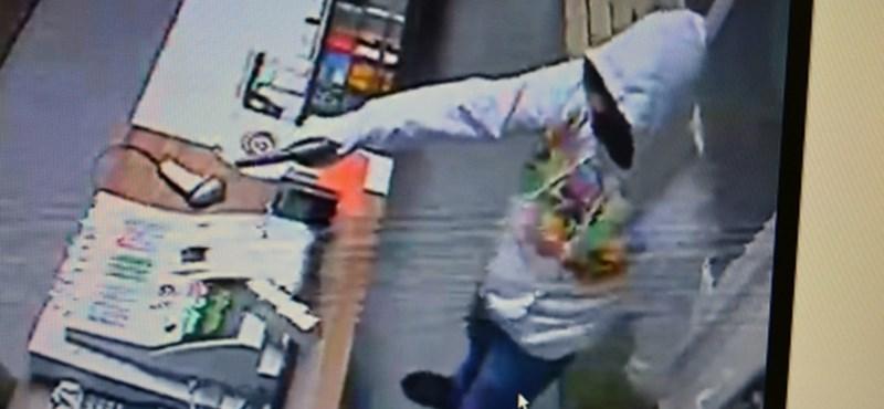 Halálfejes pulóverben rabolt ki egy dohányboltot egy férfi Pécsett – fotó