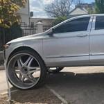 82 centis kerekeket rakott a kocsija alá egy autós