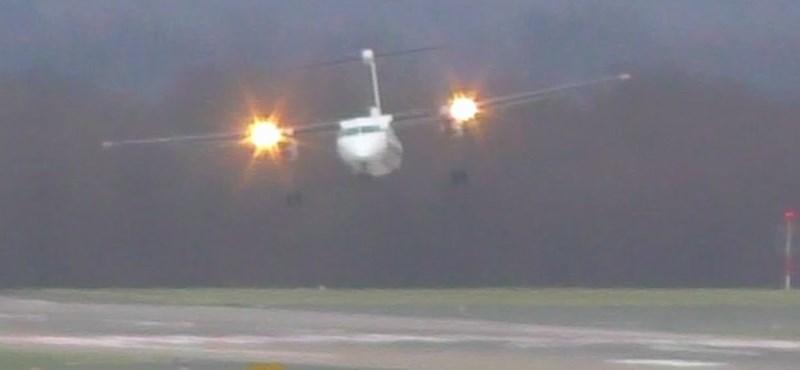 Videó: minden tiszteletünk azé a pilótáé, aki 110 km/h-s oldalszélben végül csak letette ezt a repülőgépet