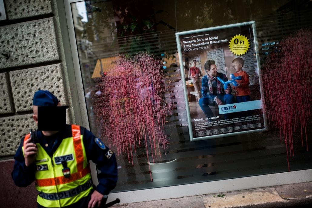 sa. kitakart rendőr, rendőr kitakarás, Devizahitelesek tuntetese a bankok ellen. rendorok arcat takarni kell 2013.06.25