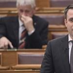 """""""Gyere ki, (...) leszáll a fejed!"""" – Veréssel fenyegették meg Rogán államtitkárát a parlamentben"""