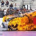 Füstöléssel indult, fél perc múlva már robbant a nitrós Ford Mustang – videó