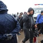Gyalog mennek át az osztrák határon a vonattal érkező menekültek