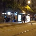 Fotók: Kidöntötte a 4-es, 6-os megállóját egy autó az éjjel