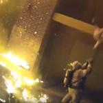 Drámai videón, ahogy egy tűzoltó elkapja a lángoló házból kimentett gyereket