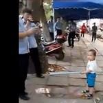 Videó: A világ legbátrabb kisgyereke vascsővel ment a köztereseknek, hogy megvédje nagyanyját