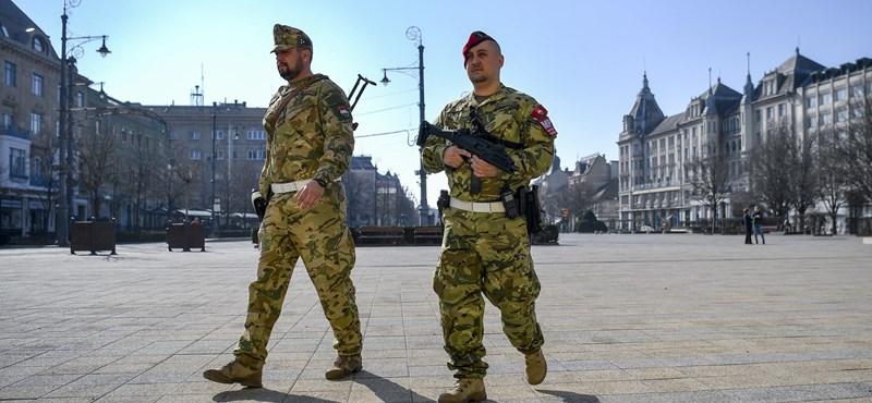 Megjelentek a katonák az utcákon  – fotók