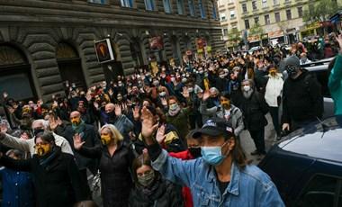 Péntektől csak maszkban mehetünk meccsre és tüntetni