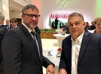 Megmagyarázta a kormány, miért koccintott Orbán Viktor Simonka Györggyel