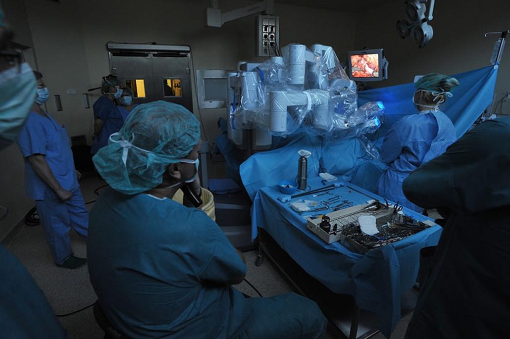 Sebészek az első robot-asszisztált urológiai műtétet végzik a da Vinci robotsebészeti eszköz segítségével a Telki Kórház műtőjében. A számítógépes vezérlésű berendezés segítségével könnyebben érhetőek el nehezen hozzáférhető területek és pontosabban végezhetőek el bizonyos beavatkozások.