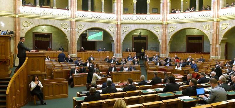 Elkárhozik az ellenzék, a kormány kenegesse magát Bibliával a kórházban - a Sargentini-jelentés elutasításáról vitáznak