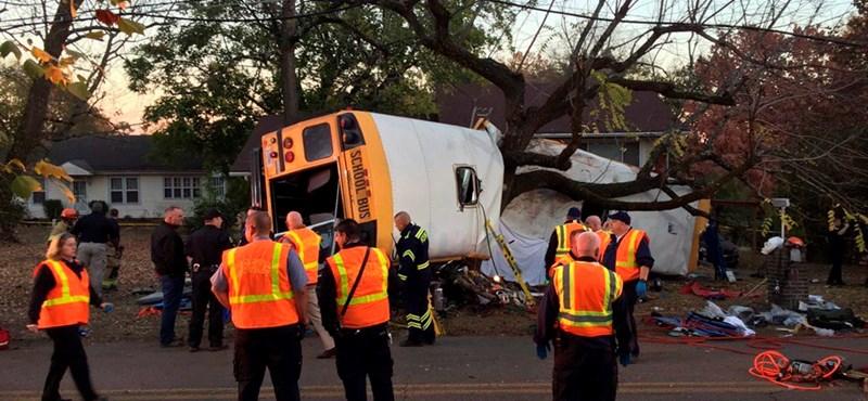Nagyon súlyos balesetet szenvedett egy iskolabusz az USA-ban