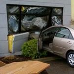 Toyota fúródott egy autókereskedés épületének falába - fotó