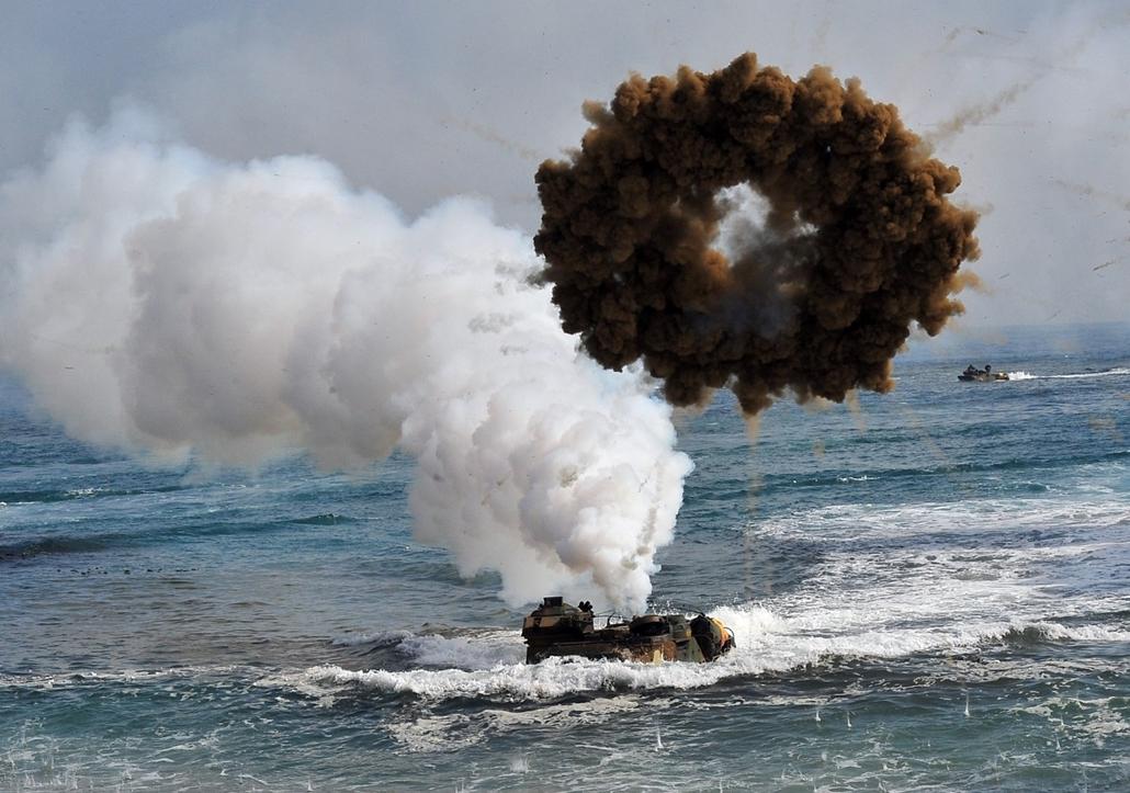 afp.14.03.31. - Pohang, Dél-Korea: amerikai és dél-koreai tengerészgyalogosok közös gyakorlata - 7képei