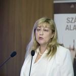 A nap, amikor az EU ismét beintett Orbánéknak, de legalább Schmidt Mária szereti őket – nagyon szereti