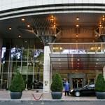 Műrepülőgép landolt a Kempinski Hotel Corvinus báltermében