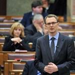 A Fidesz-frakció által piszkált Navracsics helyett Rétvári válaszolt