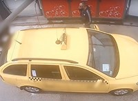 Pofátlan módon loptak meg egy autóját mosó taxist – videó