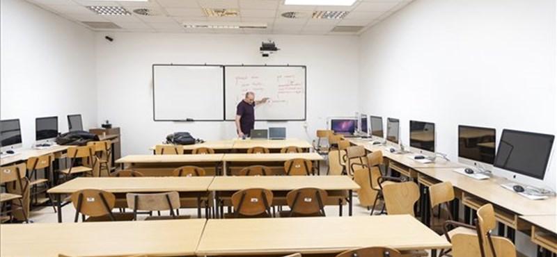 Valóban több szabadideje lenne most a tanároknak? Jocó bácsi reagált az államtitkár szavaira