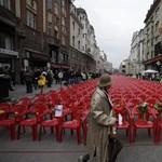 Fotó: 11541 vörös szék előtt emlékeznek Szarajevóban a háború áldozataira