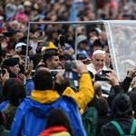 A rajongó várakozástól a vegyes érzelmekkel teli búcsúig - ilyen volt a pápa csíksomlyói látogatása