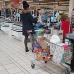 Túlhajszoltak és kevesen vannak a bolti dolgozók