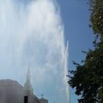 Fotó: Óriási feltörő vízoszlop a Kolosy térnél