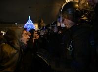 Füstbe és könnygázfelhőbe borult éjszakára a Kossuth tér - hírfolyamunk a tüntetésekről