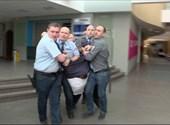 Új felvétel arról, hogyan rángatták végig Hadházyt a zárt MTVA-folyosón