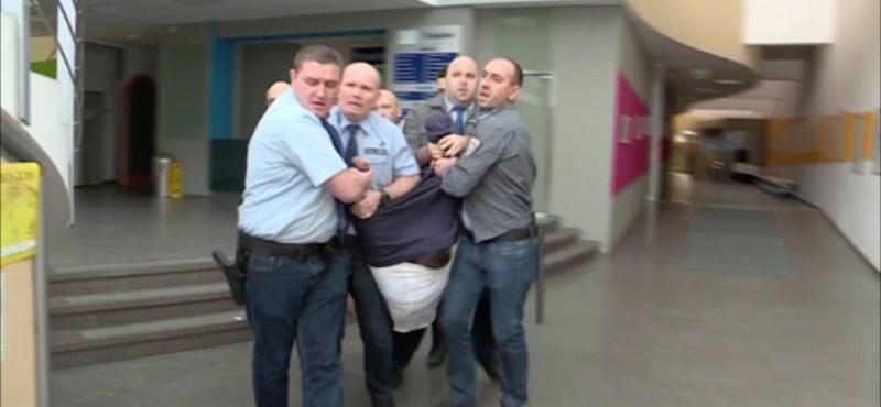 MTVA-botrány: az ügyészség szerint Hadházyt kivezették az épületből, Szél meg csak követte őt