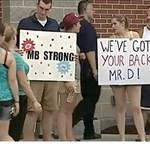 Nem mindennapi fotó: a vezérigazgató mellett tüntettek a dolgozók