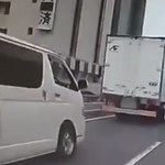 A nap videója: Így rángatta meg az úton közlekedő autókat az erős földrengés