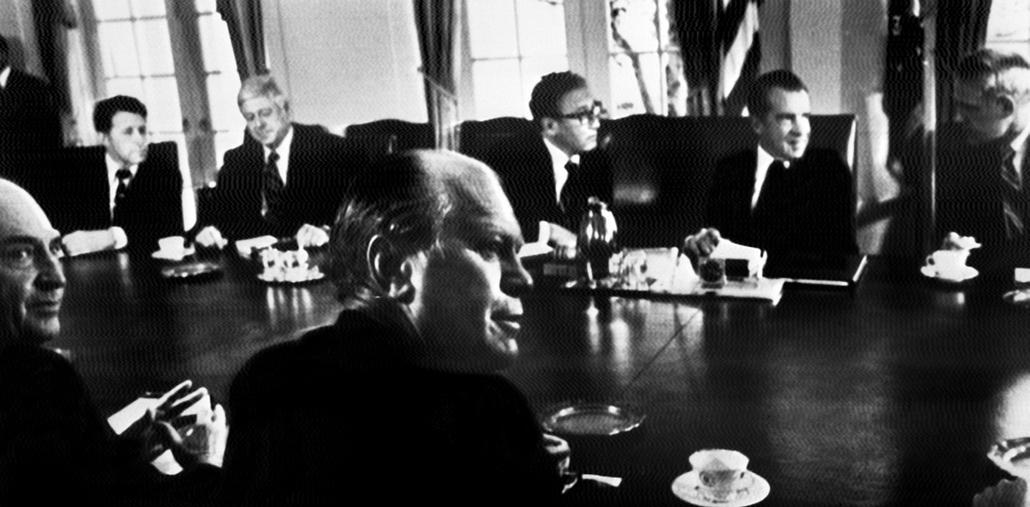 1974.08.07. - Nixon és kabinetje: elöl Gerald Ford, háttérben titkárával James R. Schlesinger védelmiminiszter és Henry Kissinger Nixon lemondása előtt egy nappal - Nixonnagyitas