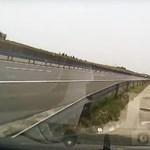 Videó a forgalommal szembe haladó autóról