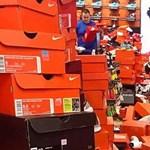 Iszonyatos pusztítást végeztek a vásárlók ebben a Nike-boltban - videó