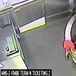 """Videó: A poggyászokkal """"ment egy kört"""" a kisfiú az atlantai repülőtéren"""