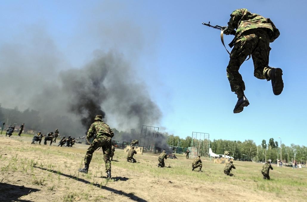 afp.14.05.22. - Kijev, Ukrajna: az Ukrán Nemzeti Gárda lőgyakorlata a fővároshoz közeli lőtéren. - 7képei nagyítás