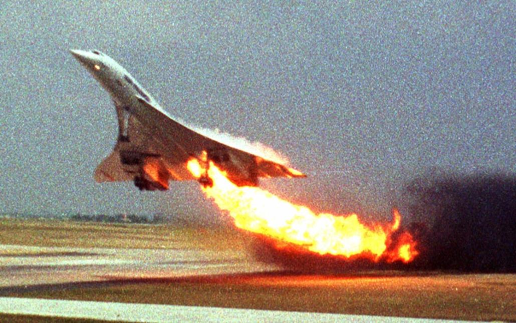 Az Air France Concorde utasszállítója lángokban száll fel a párizsi Charles de Gaulle repülőtérről. A repülőgép a felszállás után nem sokkal lezuhant, a fedélzetén tartózkodó 109 utasból senki sem élte túl a katasztrófát – a típust ezután nem sokkal kivonták a forgalomból.
