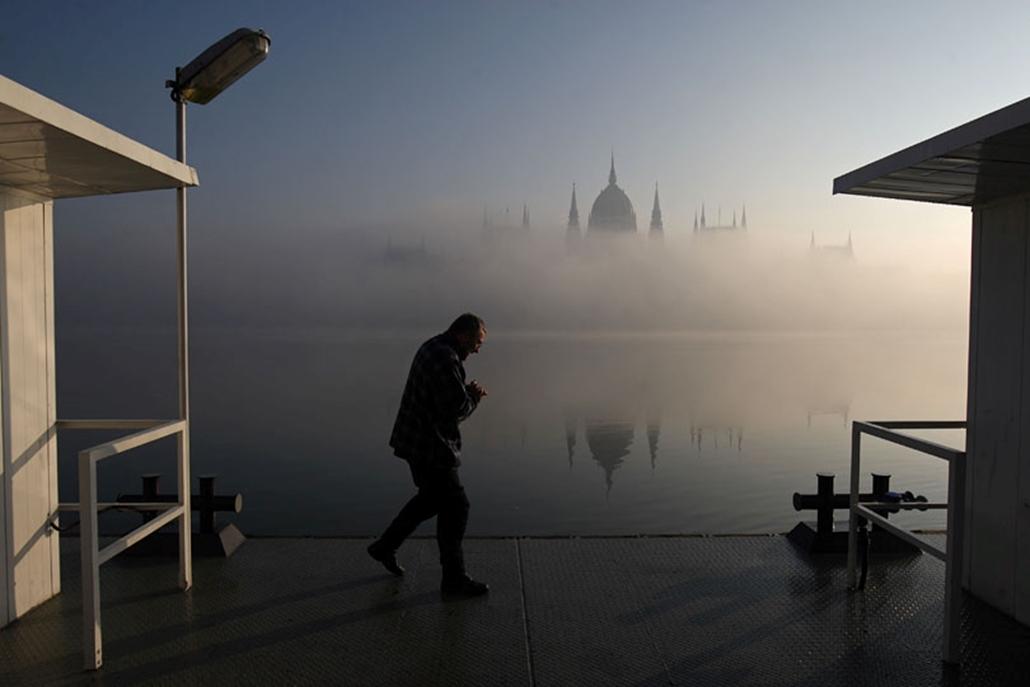 Köd veszi körül a Parlamentet Budapesten.
