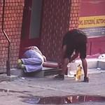 Alattomos tolvajt buktatott le a térfigyelő kamera a Blahánál - videó