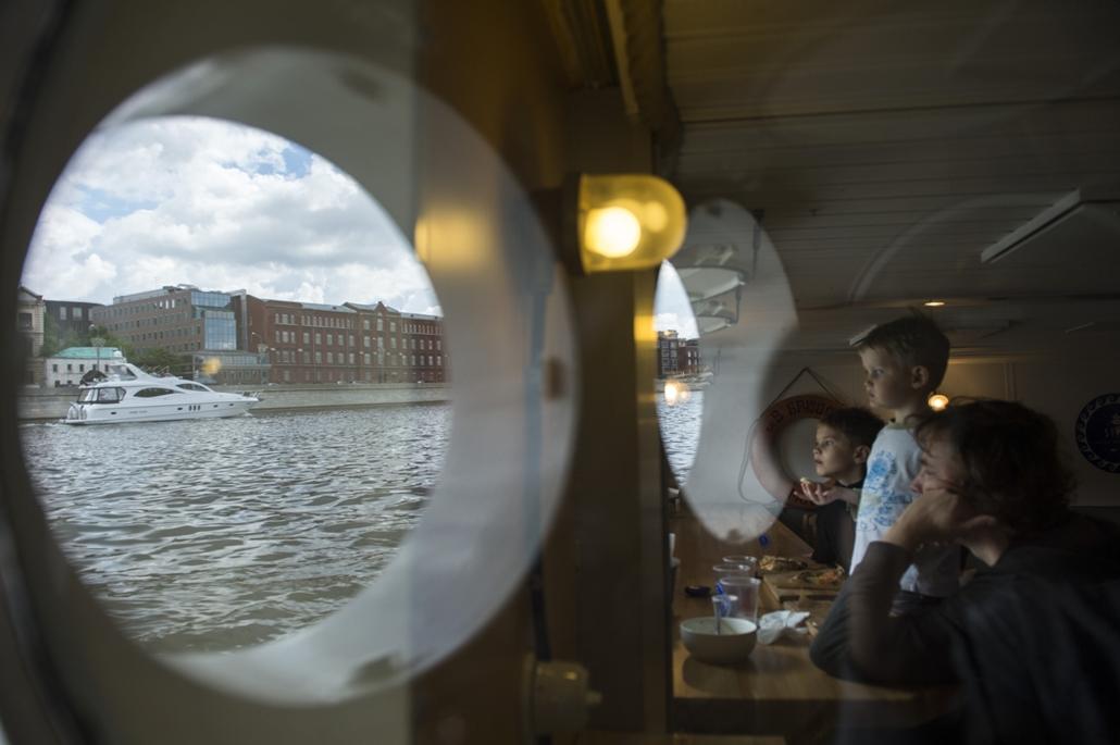 afp.16.05.22. Kilátás egy moszkvai motorcsónak belsejéből