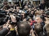 Megrohanták az újságírók Orbánt az uniós csúcs sajtótermében