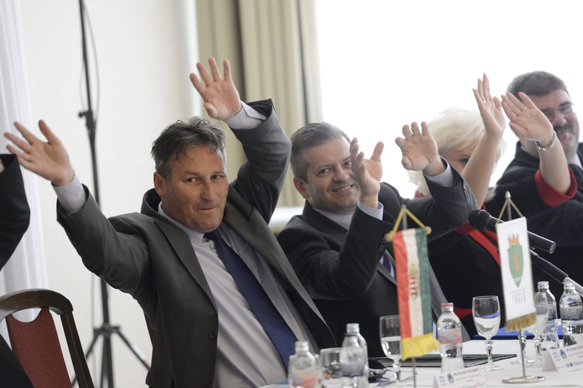 Fotó: Asztalnál tornázott Papcsák Ferenc egy konferencián
